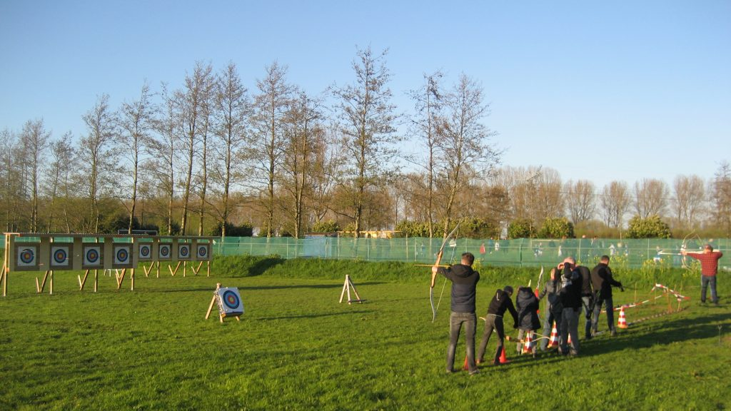 Hunters aan het trainen op het veld aan de Elskensweg 15 te Oosterhout.