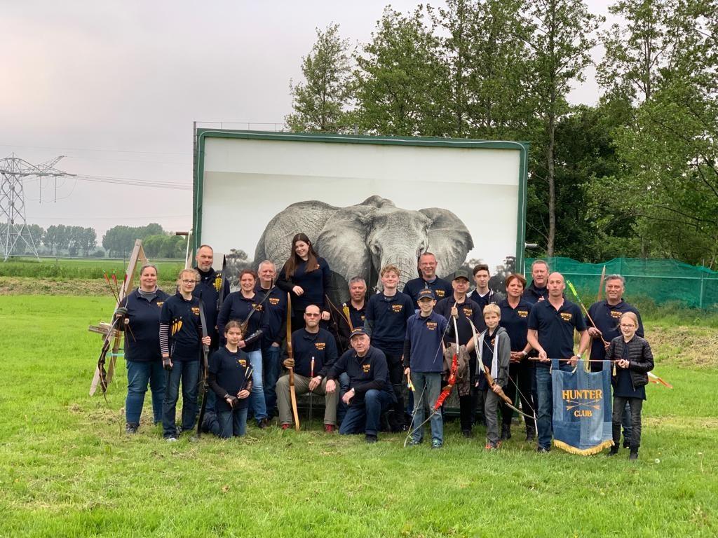 De leden van Hunterclub, de foto is gemaakt op 20 mei 2019 op het terrein aan de Elskensweg 15 in Oosterhout. Niet alle leden staan op de foto. Op de achtergrond de poster van de Afrikaanse Olifant.